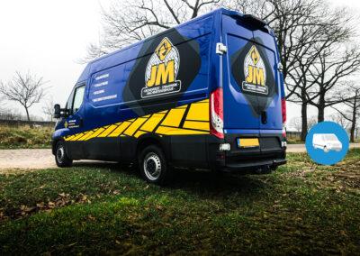 Witte bus volledig voorzien van blauwe carwrap. Daarna voorzien van huisstijl elementen en logo's met diverse snijfolies.